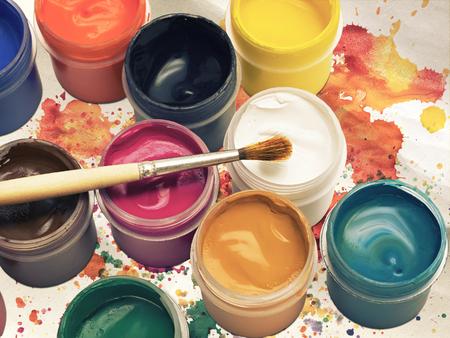 peinture gouache colorée et pinceau sur fond Banque d'images