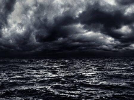 dunkle stürmische See mit dramatisch bewölktem Himmel