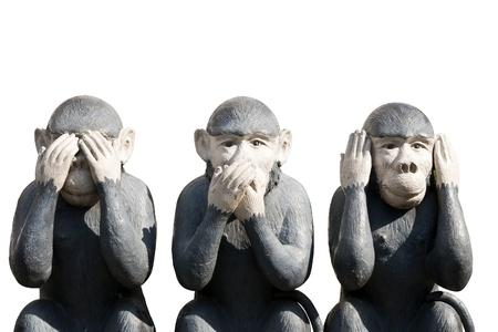 Tres monos esculpidos en la forma que ellos no escuchan las voces y ver