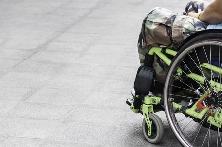 persona en silla de ruedas: Soldado en silla de ruedas Foto de archivo