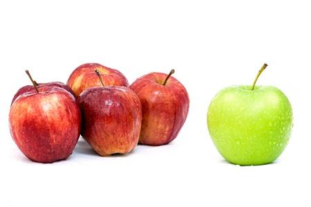 Green Apple zeigen Idee verschiedene rote Äpfel Standard-Bild
