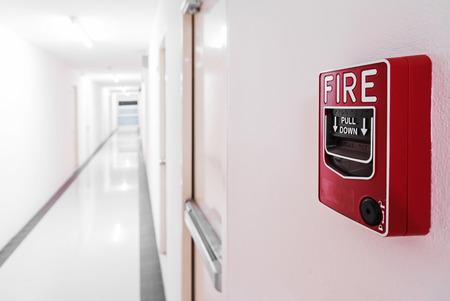salir puerta: Cerca de la puerta de alarma de incendio de la puerta de salida de incendios