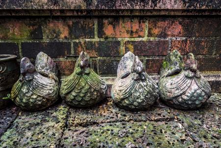 Antiguo Cementerio estatua querub�n con musgo.