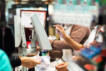 stores: Een Kruidenier kassa in supermarkt. Stockfoto