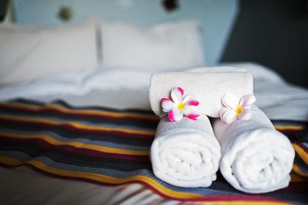 blanco y lujosa habitaci�n de hotel. Foto de archivo