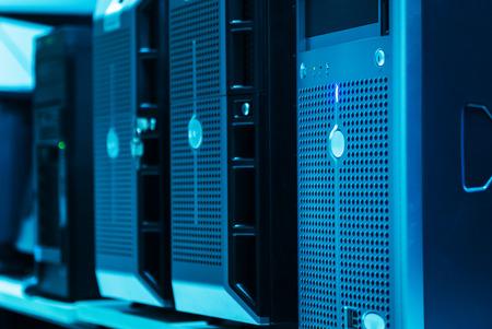 centro de computo: Los servidores de red en centro de datos. Foto de archivo