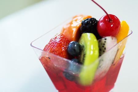 Copa de ensalada de frutas en la vida suave. Foto de archivo