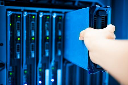 Gente fijan red de servidores en la sala de datos.