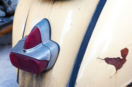 vespa piaggio: Una Vecchia vespa ruota sul retro.