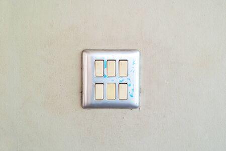 Una luz interruptor en la pared con luz suave. Foto de archivo