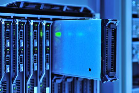 Una servidores de red en sala de datos.
