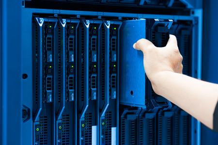 cable red: Servidor de red fija Hombre en sala de centro de datos. Foto de archivo