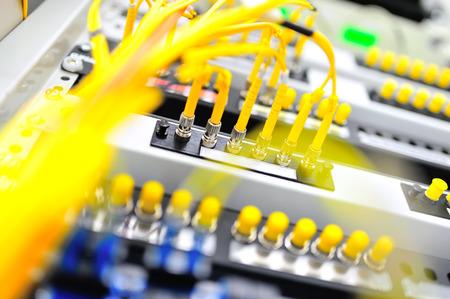 de fibra �ptica con los servidores en un centro de datos de tecnolog�a.