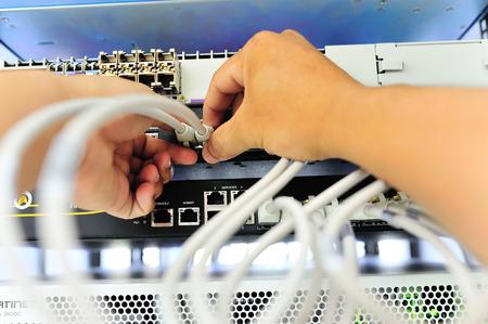 Un cable de Lan en la red habitaci�n dept de campo de la t�cnica. Foto de archivo