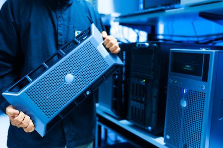 Man fix Server-Netzwerk in Rechenzentrumsraum. Standard-Bild - 40826750