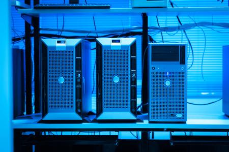 computer center: Una servidores de red en sala de datos.