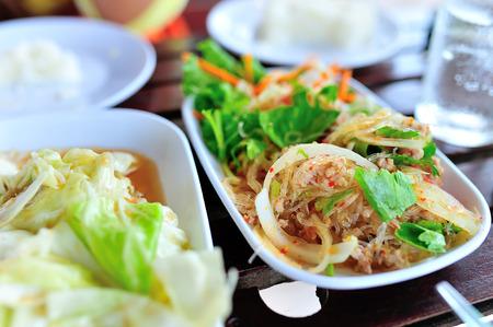 ensalada de fideos de comida tailandesa en luz suave. Foto de archivo