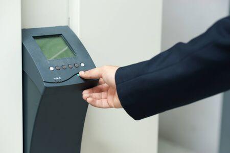 Encender un bot�n de dedo Push. Foto de archivo