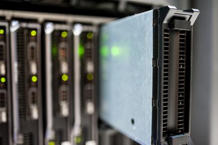 Ein Netzwerk-Server in Datenraum. Standard-Bild - 46086469