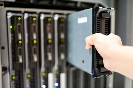Man fix Server-Netzwerk in Rechenzentrumsraum. Standard-Bild - 46086519