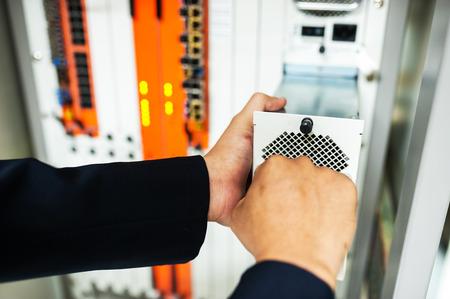 Fijar conmutador de red en la sala de centro de datos. Foto de archivo