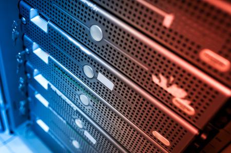 Ein Netzwerk-Server in Datenraum. Standard-Bild - 46810895