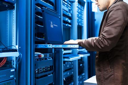 Ein Netzwerk-Server in Datenraum. Standard-Bild - 46810897