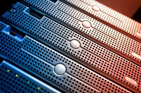 Un des serveurs de réseau dans la salle de données. Banque d'images - 47086615