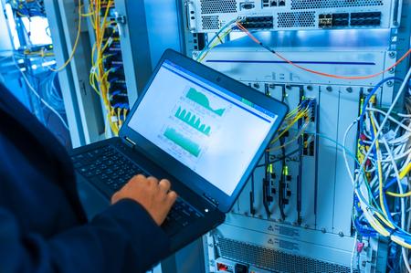Fix Netzwerk-Switch in Rechenzentrumsraum. Standard-Bild - 50156644