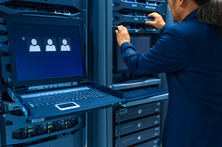 red informatica: Servidor de red fija Hombre en sala de centro de datos. Foto de archivo