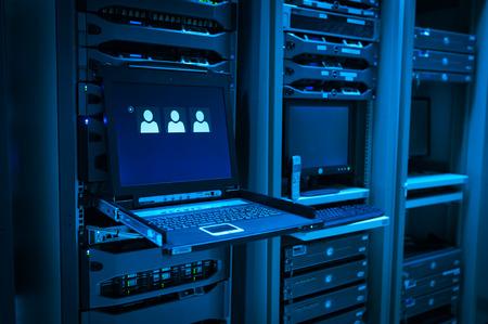 servicio domestico: Una servidores de red en sala de datos.