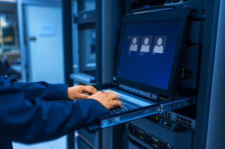 Man fix server-netwerk in datacenter kamer.