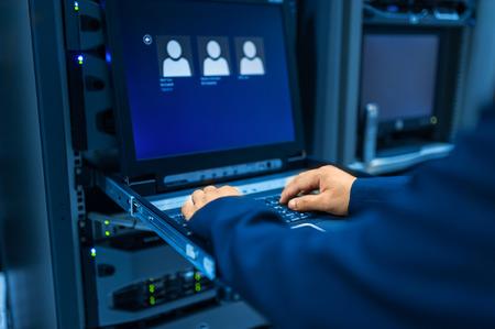 Les gens fixent réseau de serveurs dans la salle de données.