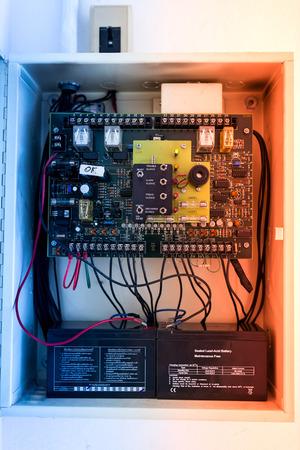 Elektrische outdoor zekeringkast in zacht licht.