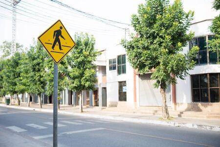paso de cebra: Una muestra del paso de peatones de la seguridad.