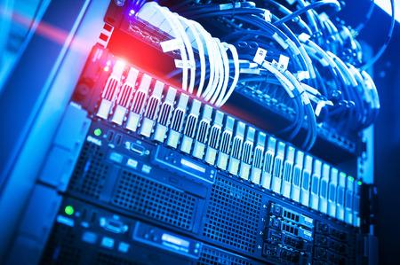 Netwerkservers in de binnenlandse kamer van de dataroom. Stockfoto