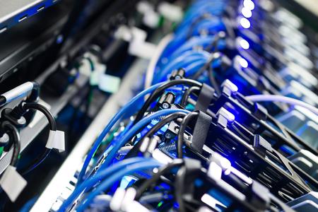 Serveurs de réseau dans la salle de données Pièce. Banque d'images - 76238287