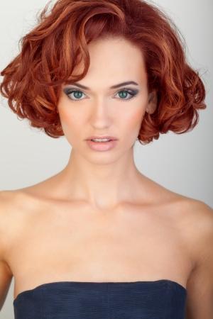 tinte cabello: hermosa mujer joven con el pelo rojo