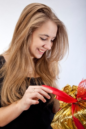 uitpakken: Mooi meisje uitpakken geschenkdoos.