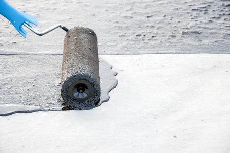 屋根葺き職人労働者絵画アスファルト防水用ローラーのブラシによるコンクリート表面に praimer