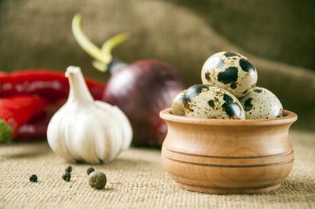 huevos de codorniz: huevos de codorniz con ajo - útiles y alimentos nutritivos Foto de archivo
