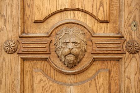 tallado en madera: fragmento de león de un antiguo primer puerta tallada Foto de archivo