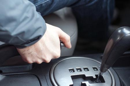車のハンド ブレーキを引いてドライバー 写真素材 - 53670057