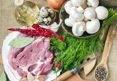 Frisches Fleisch mit Pilzen Gewürzen und Kräutern.