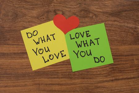 素朴な木製の背景にハート型赤黄色と緑のメモ用紙。'愛何かとは何あなたの愛' メモを黒板に貼り付け。 写真素材