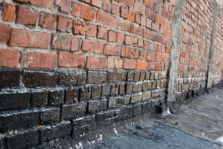 bitumen felt: Covered brick wall, bitumen primer for improving adhesion during surfacing, contiguity with rolled waterproofing, during the installation of flat roof.