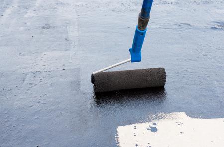 財団アスファルトを防水。基礎防水、タール スプレーで湿らせた校正 Coatings.Waterproofing 家の基礎。防水地下室や基礎の施工技術 写真素材 - 67099310