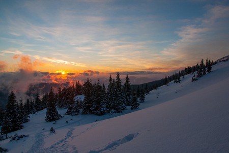 Amazing landscape in the winter mountains at sunrise 写真素材 - 122659498