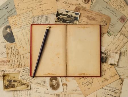 Fond de cru avec de vieilles cartes postales et vide livre ouvert