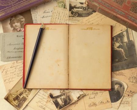 Vintage Hintergrund mit alten Postkarten und leere offenes Buch